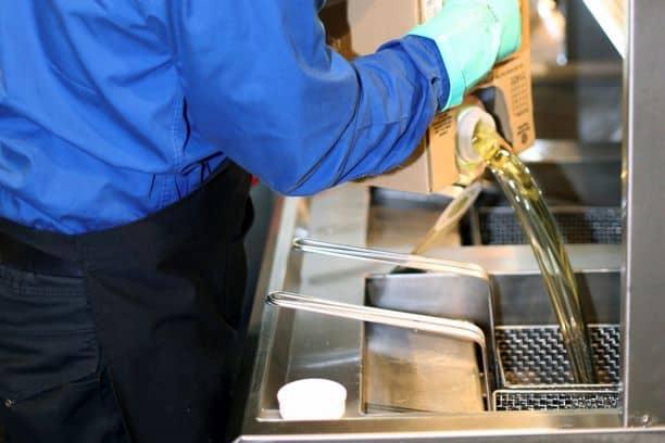 Der mobile Fritteusen- und Ölservice von Filta federt die steigenden Ölpreise für die Gastronomie ab; kommerzielle Küchen wirtschaften dennoch nachhaltiger und frittieren gesünder.